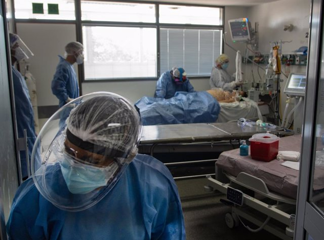 16 April 2021, Argentina, Buenos Aires: Health workers tend to a patient in an intensive care unit amid the Corona pandemic. Due to the rapidly growing number of infections, the Argentine government has imposed curfews in the most affected regions as of F