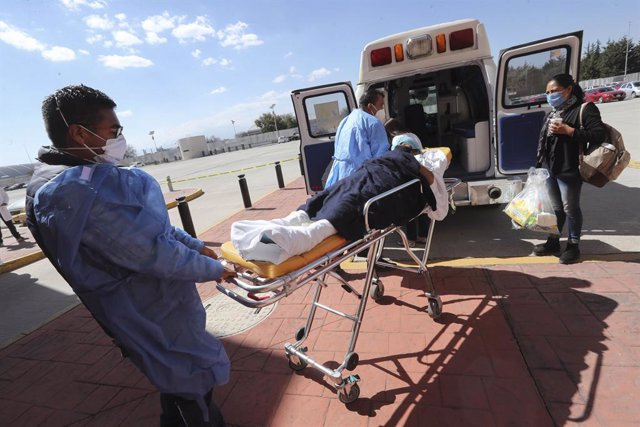 Archivo - 04 January 2021, Mexico, Toluca: Health workers transport a patient to an ambulance, the government of the State of Mexico has put into operation a temporary rehabilitation unit for non-Covid-19 patients in the Toluca Convention and Exhibition C