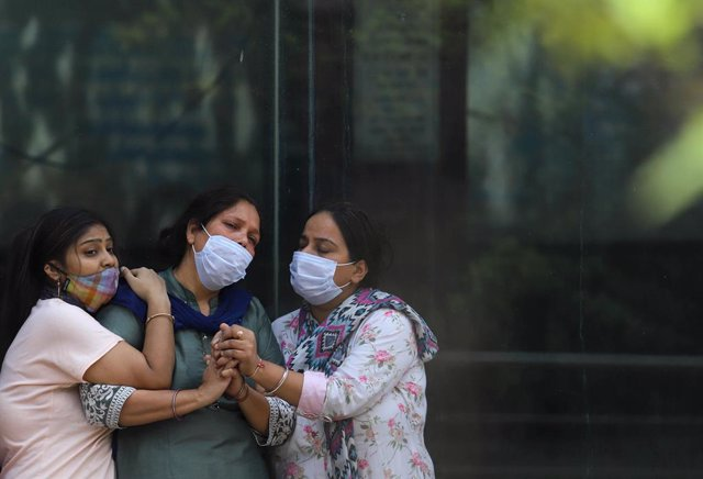16 April 2021, India, New Delhi: Women mourns during the cremation of a relative died of COVID-19 at Nigambodh Ghat crematorium in New Delhi. Photo: Vijay Pandey/ZUMA Wire/dpa