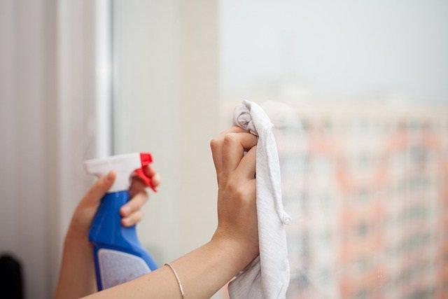 Archivo - Tareas del hogar. Limpiar cristales de ventana.