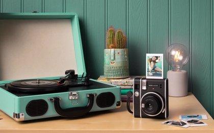 La fotografía analógica resiste: Fujifilm vende 200.000 cámaras instantáneas al año en España y lanza nueva Instax