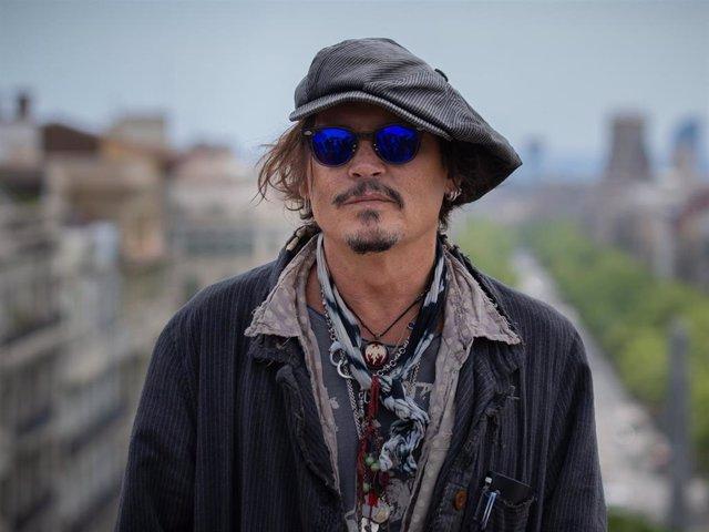 El actor Johnny Depp posa después de la rueda de prensa de presentación de la película 'El fotógrafo de Minamata' en la quinta edición del BCN Film Fest