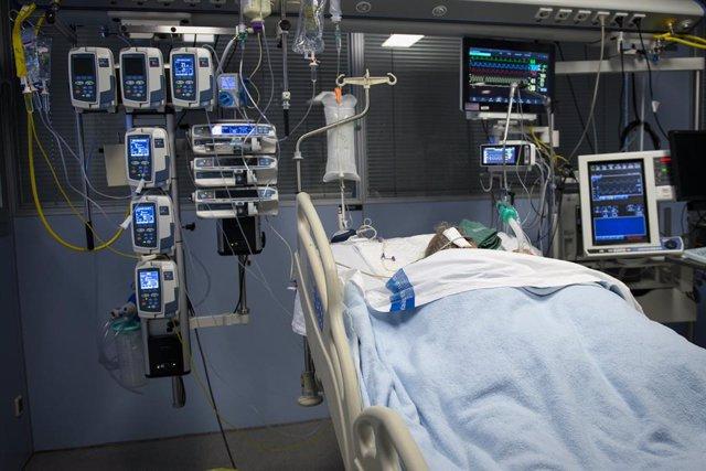 Archivo - Arxivo - Un pacient ingressat en l'Unitat de Vigilància intensiva (UCI) per a malalts de coronavirus de l'Hospital Universitari Dr. Josep Trueta de Girona.