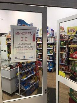 Imagen de un establecimiento de Huelva adherido a la campaña del Ayuntamiento de Huelva 'Menores 0,0' para evitar el consumo de alcohol.
