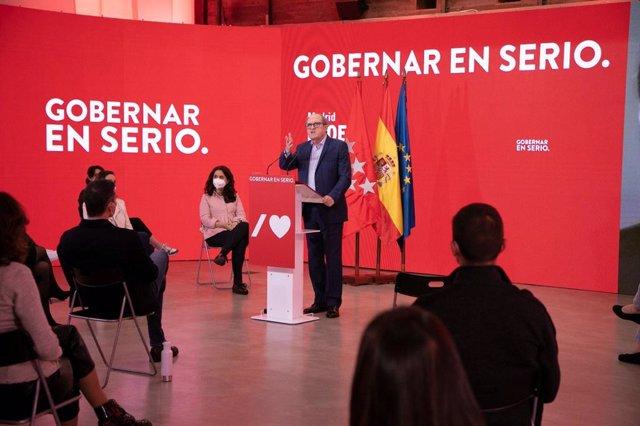 El candidato del PSOE a la Presidencia de la Comunidad de Madrid, Ángel Gabilondo, en un acto de campaña con miembros del partido