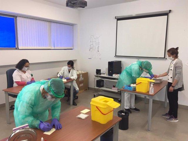 Realización de test covid en un centro de salud de Huelva.