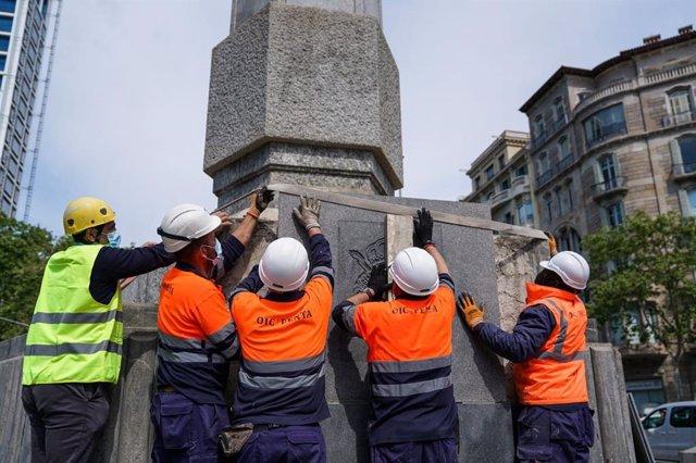 Barcelona retira l'escut de Juan Carlos I de l'obelisc de la plaça Zinc d'Ors