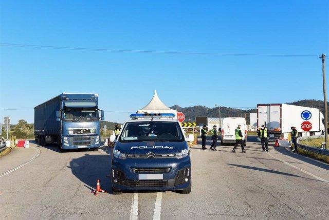 Un coche de policía trabaja en un punto fronterizo entre Portugal y España donde están realizando controles de movilidad, a 5 de abril de abril de 2021, en Zarza la Mayor, Cáceres, (España).
