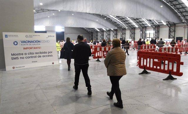 Archivo - Varias personas en el Instituto Ferial de Vigo (Ifevi), en Pontevedra, Galicia (España), a 13 de marzo de 2021. Un total de 4.400 personas serán inmunizadas por un equipo de 60 profesionales sanitarios que administrarán la vacuna de AstraZeneca