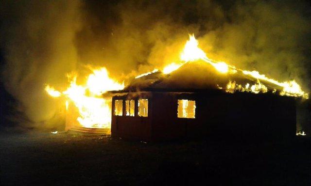 Archivo - Incendio en la iglesia evangélica Alianza Cristiana y Misionera en la Araucanía, Chile
