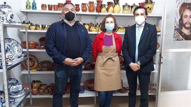 La Junta visita negocios locales de Arjonilla.