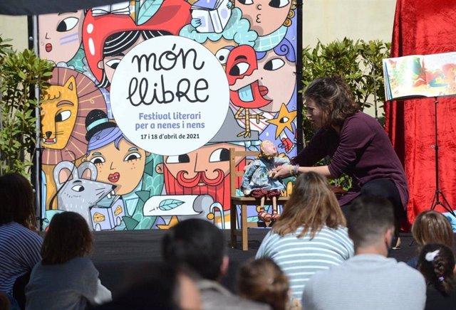 El festival Món Llibre se celebra a Barcelona el cap de setmana del 17 i 18 d'abril
