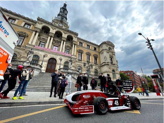 El monoplaza del equipo Formula Student Bizkaia de la Escuela de Ingeniería de Bilbao recorre la Villa