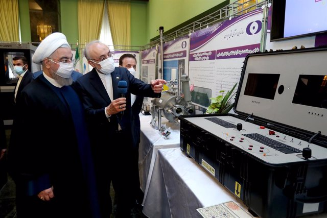 HANDOUT - 10 April 2021, Iran, Tehran: Iranian President Hassan Rouhani (L) and Head of Atomic Energy Organization of Iran (AEOI) Ali Akbar Salehi visit an exhibition of nuclear achievement on the occasion of Iran Nuclear Technology Day. Photo: Ebrahim Se