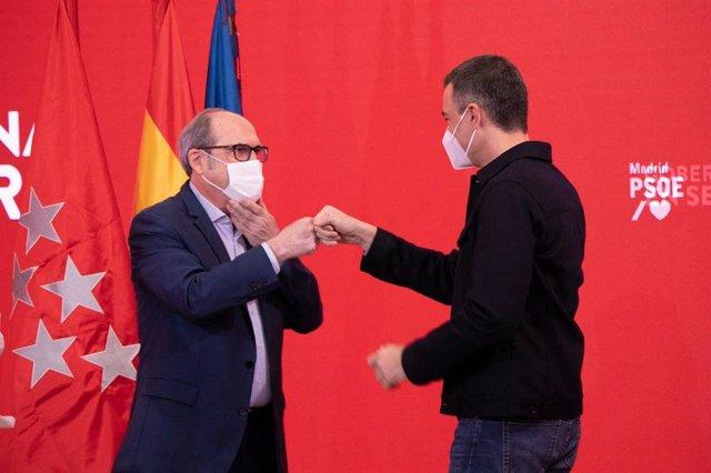 El presidente del Gobierno, Pedro Sánchez, y el candidato del PSOE a la Presidencia de la Comunidad de Madrid, Ángel Gabilondo, durante un acto de campaña en la sede del partido en Ferraz.