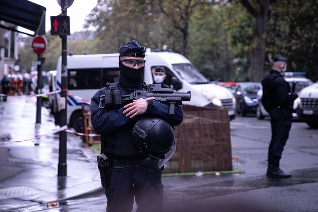 Archivo - 25 September 2020, France, Paris: An armed French policeman is seen deploys at the scene of the knife attack near the former editorial offices of the satirical magazine Charlie Hebdo. Photo: Andreina Flores/SOPA Images via ZUMA Wire/dpa
