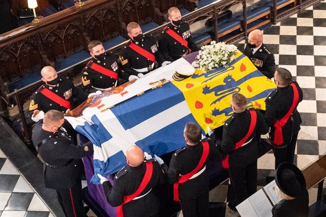 17 April 2021, United Kingdom, Windsor: The coffin of Prince Philip, the Duke of Edinburgh, covered with his Personal Standard, is laid in the St George's Chapel at Windsor Castle during his funeral. Photo: Dominic Lipinski/PA Wire/dpa