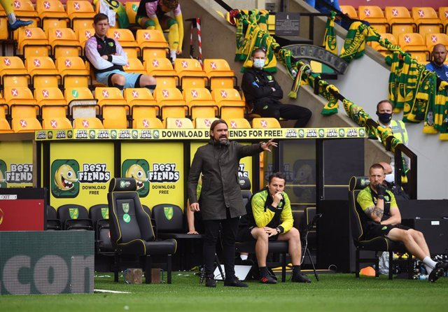 Archivo - 04 July 2020, England, Norwich: Norwich City manager Daniel Farke (C) gestures on the touchline during the English Premier League soccer match between Norwich City and Brighton & Hove Albion at Carrow Road. Photo: Joe Giddens/Nmc Pool/PA Wire/dp