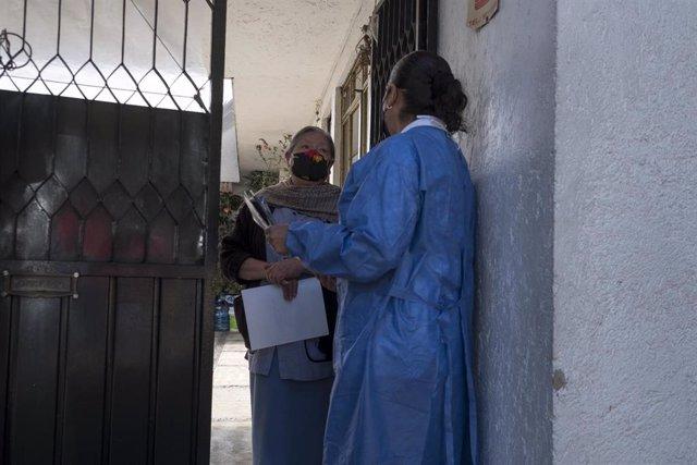 Archivo - Trabajadores informando sobre la aplicación de vacunas contra la COVID-19 en México.
