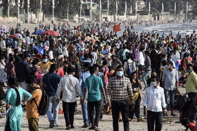 04 April 2021, India, Mumbai: People crowd at Juhu beach. Despite the rising fears of the Coronavirus pandemic and the measures taken by the government to contain its spread, people are still crowding without keeping social distance or applying safety mea