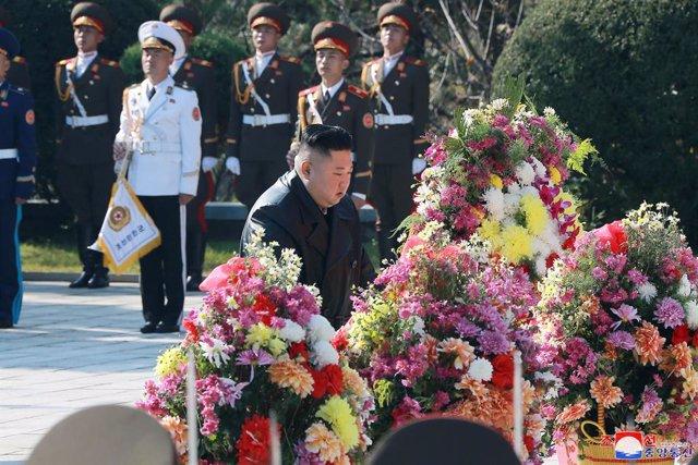 Archivo - Kim Jong Un participa en un homenaje en Pyongyang