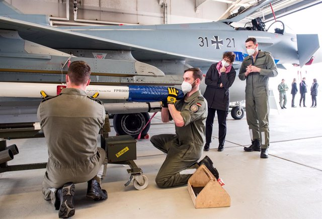 """29 March 2021, Mecklenburg-West Pomerania, Laage: German Defence Minister Annegret Kramp-Karrenbauer (2nd R) listens to an explanation of the technical equipment of a Eurofighter aircraft during a visit to the Tactical Air Force Squadron 73 """"Steinhoff"""" at"""