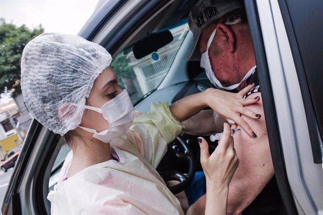16 April 2021, Brazil, Sao Paulo: A man receives a dose of the coronavirus vaccine at UBS Cambuci public medical centre. Photo: Fepesil/TheNEWS2 via ZUMA Wire/dpa