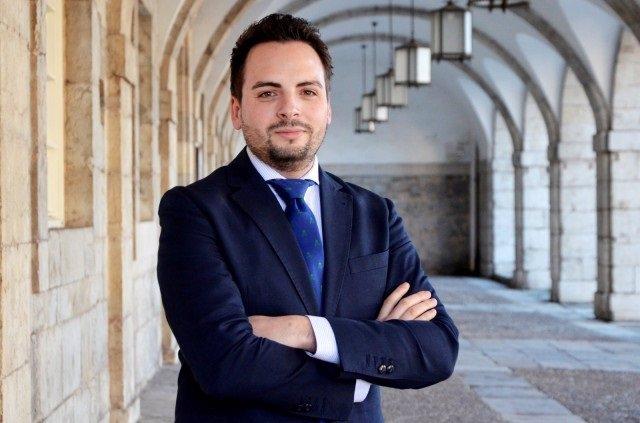 AMP.- El diputado del PP Álvaro Aguirre da positivo por Covid en el cribado masivo en el Parlamento de Cantabria