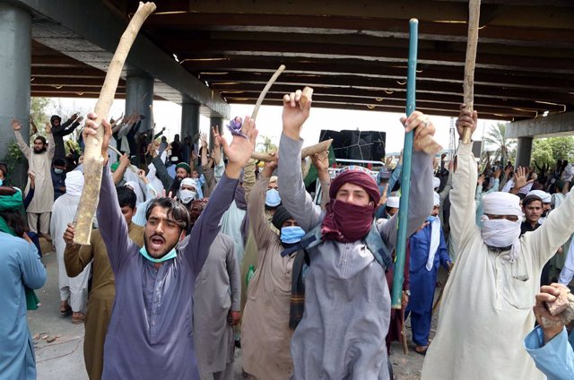 13 April 2021, Pakistan, Rawalpindi: Members of the Islamist far-right Tehreek-e-Labaik Pakistan (TLP) group protest against the detention of group's chief Saad Hussain Rizvi. Photo: Ppi/PPI via ZUMA Wire/dpa