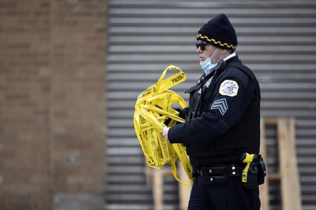 Archivo - 14 March 2021, US, Chicago: AChicago police officer works at the scene of a mass shooting in Chicago. at least 15 people were shot, two of them fatally, after a mass shooting at a party on Chicago's South Side early Sunday. Photo: Erin Hooley/T