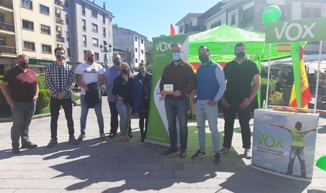 El presidente y portavoz de Vox en la Junta General, Ignacio Blanco, junto a otros miembros de la formación en Cangas de Onís