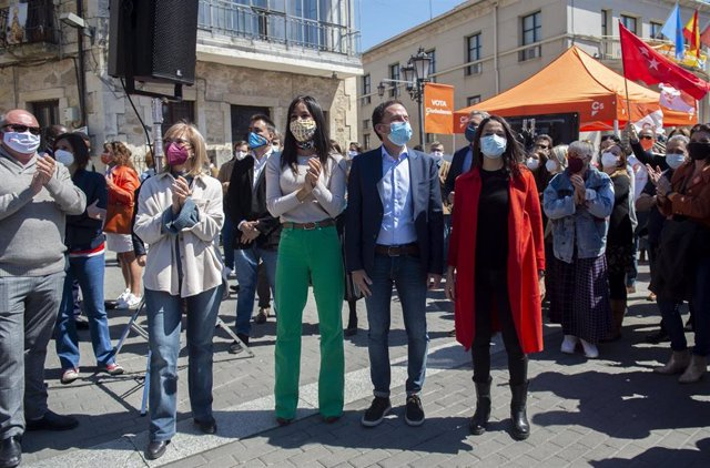 (I-D) La vicealcaldesa de Madrid, Begoña Villacís; el candidato de Ciudadanos (Cs) a la Presidencia de la Comunidad de Madrid, Edmundo Bal, y la presidenta del partido, Inés Arrimadas, durante un encuentro con alcaldes, vicealcaldes y concejales del parti