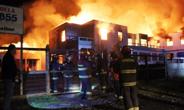 Archivo - Incendio provocado en una escuela de la Araucanía, en Chile