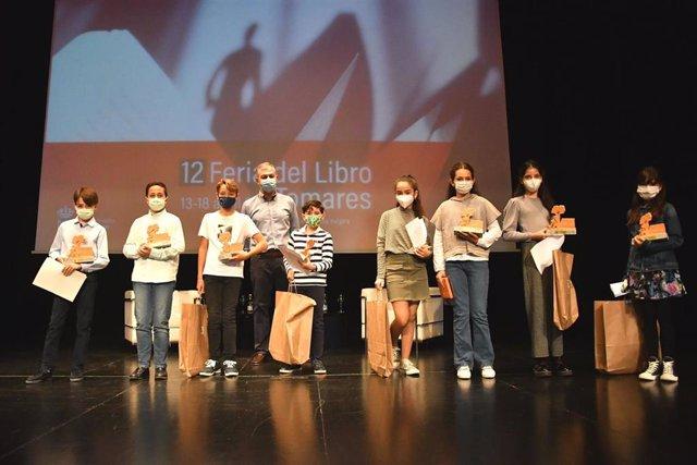 El alcalde de Tomares, José Luis Sanz, este domingo con los alumnos de 5 y 6 de Primaria ganadores del concurso sobre John Le Carré.