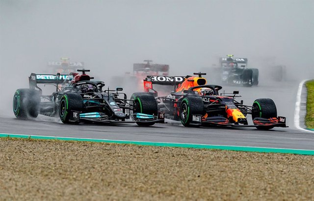 18 April 2021, Italy, Imola: British Formula One driver Lewis Hamilton of Team Mercedes (L) and Netherlands' Max Verstappen of team Red Bull Racing in action during the Emilia Romagna Grand Prix race at the Autodromo Enzo e Dino Ferrari. Photo: Hasan Brat