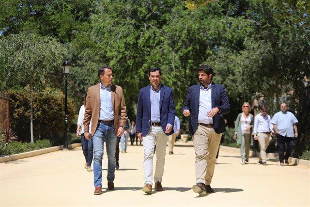Archivo - El presidente de la Junta de Andalucía, Juanma Moreno, y su homólogo, Fernando López Miras, acompañados por Fulgencio Gil en una imagen de archivo.