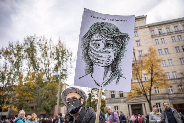 Manifestación de Pensamiento Lateral contra las restricciones por el coronavirus en Berlín, Alemania