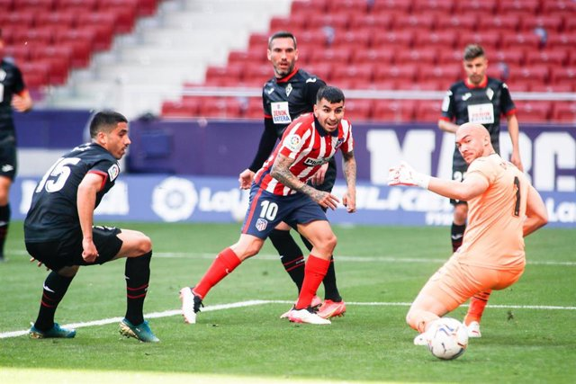Angel Correa en el momento de anotar el 2-0 en el Atlético-Eibar de LaLiga Santander 2020-2021