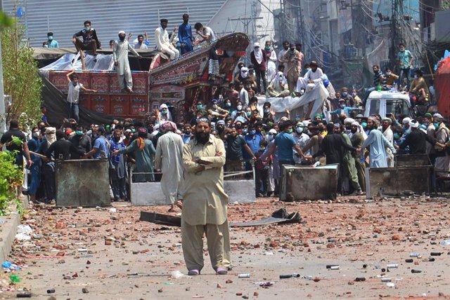 Manifestantes del grupo islamista paquistaní Tehrik i Labaik Pakistán (TLP) que exigen la expulsión del embajador francés por las carucaturas de Mahoma