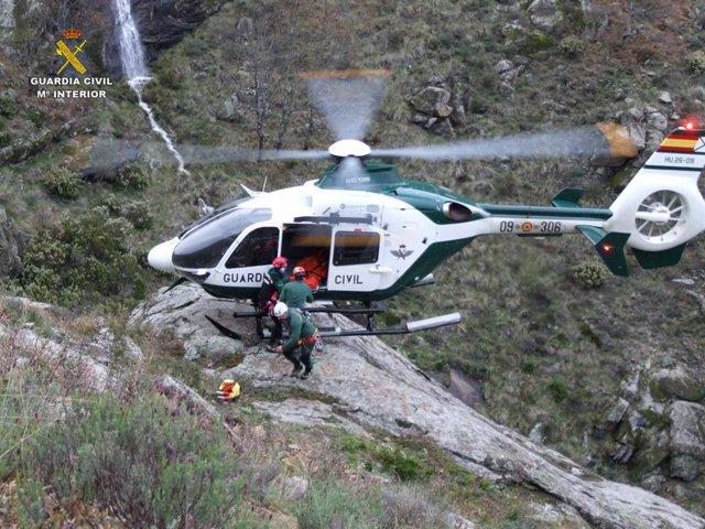Archivo - Helicóptero de la Guardia Civil durante un rescate, en una imagen de archivo
