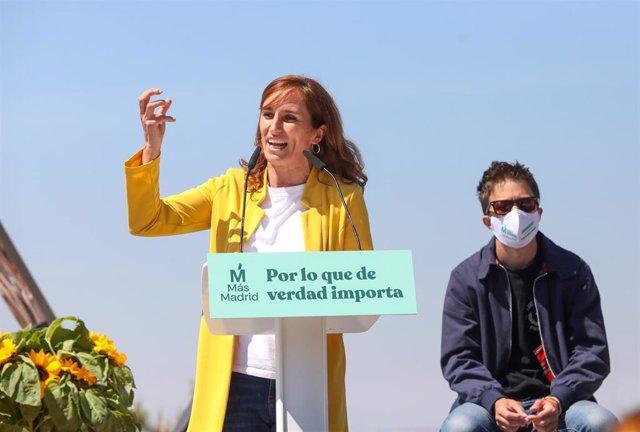 La candidata de Más Madrid a la Presidencia de la Comunidad de Madrid, Mónica García (i), y el líder de Más País, Íñigo Errejón (d), durante el acto de inicio de campaña del partido