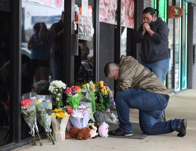 Archivo - 17 March 2021, US, Acworth: March 17, 2021, Acworth, GA, USA: U.S. Army veteran Latrelle Rolling (L), and Jessica Lang, pray after dropping off flowers at Young's Asian Massage in Acworth. Eight people were killed and one injured in shootings at