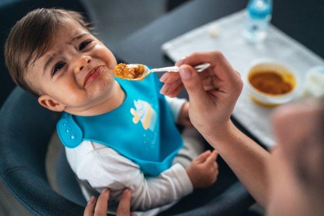 Archivo - Niño con cara de pena porque no quiere comer.