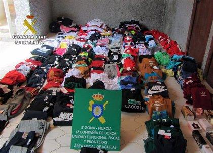 Intervienen 350 prendas de vestir y 20 perfumes falsificados en un comercio de Águilas