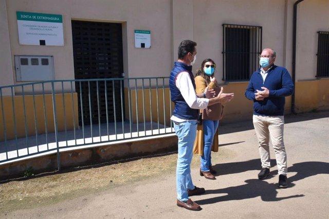 El presidente del PP extremeño, José Antonio Monago, en una visita a Santa Marta de los Barros (Badajoz)