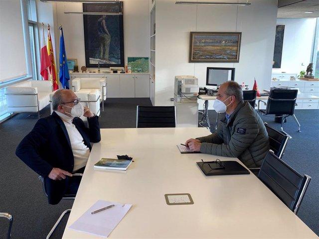 El consejero de Industria, Turismo, Innovación, Transporte y Comercio, Javier López Marcano, y el alcalde de Escalante, Francisco Sarabia