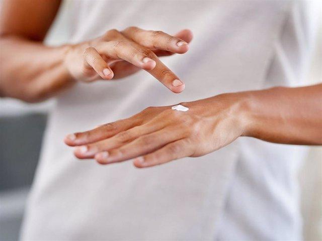 Las manos se resecan con la subida de las temperaturas y la mayor exposición a agresiones externas