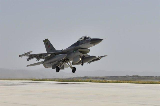 Archivo - Un avión de combate F-16 turco durante la maniobra de despegue