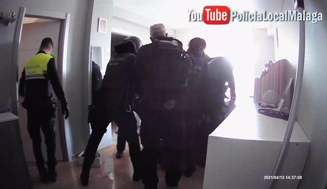 Archivo - Detenido en Málaga por golpear en la cabeza y agredir con un cuchillo a su pareja, que logró escapar