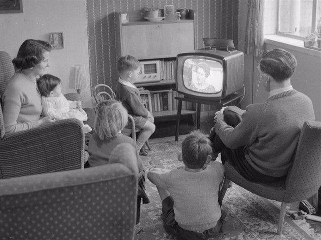 Archivo - Los españoles pasamos demasiadas horas al día delante de la televisión